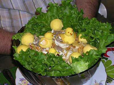 """Салат """"Гнездо """" с цыплятами, но это не """"Гнездо глухаря """" под другим названием, в нем картофель фри. Красота и вкусно!! Попробуем?"""