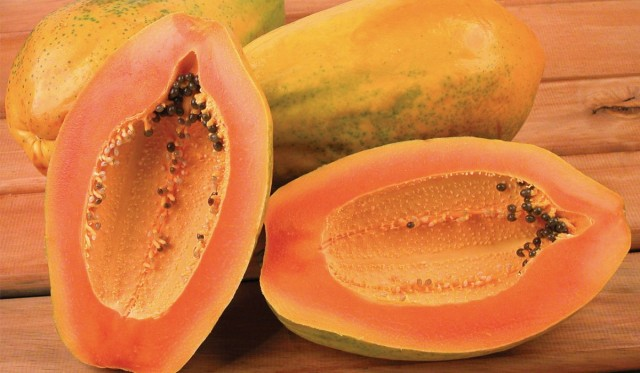 Зрелые плоды папайи