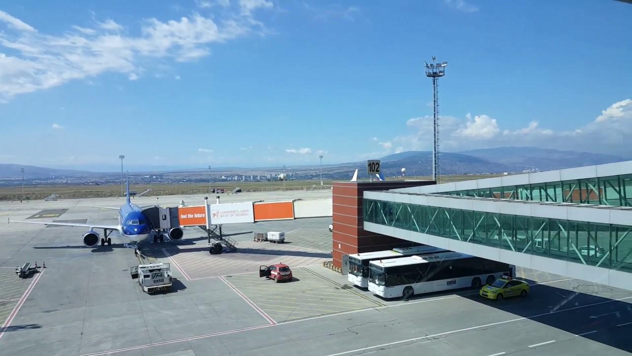 В аэропортах Грузии туристам начали дарить вино