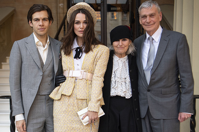 Кира Найтли с мужем и родителями посетила Букингемский дворец и получила орден