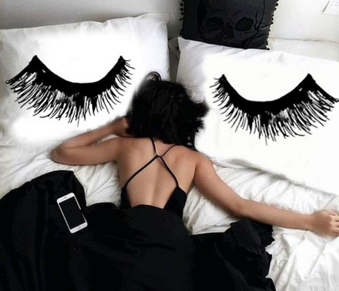 Спать, уткнувшись лицом в подушку.
