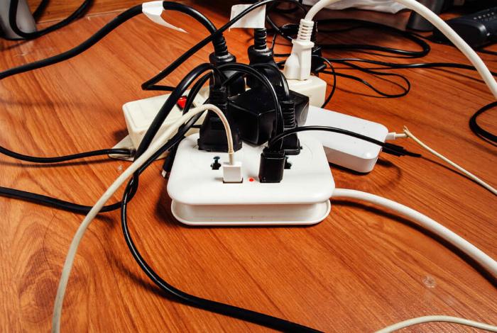 Провода, много проводов на виду.