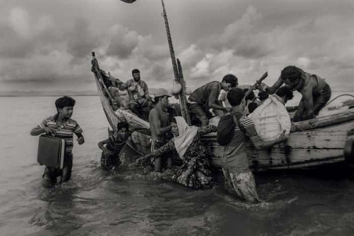 Представители национальных меньшинств Мьянмы рохинджи спасаясь от военных репрессий. Автор фотографии: Машрук Ахмет.