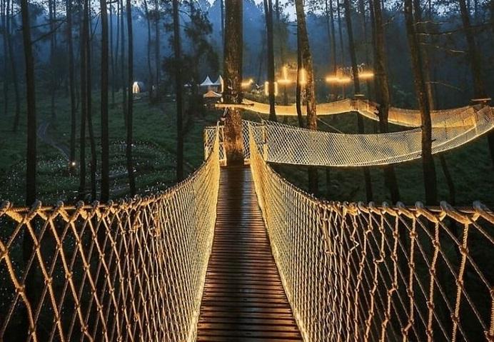 «Огненный» мост в Индонезии, от которого захватывает дух у самых отважных смельчаков