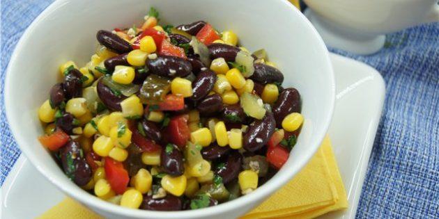 Салат с кукурузой, фасолью, перцем, огурцами и орехами