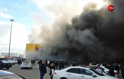 """На парковке горящего рынка """"Синдика"""" взорвались несколько машин"""