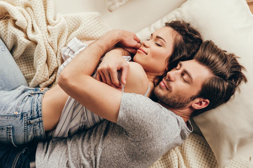 образ войны, красивая пара спит фото консервированной фасоли