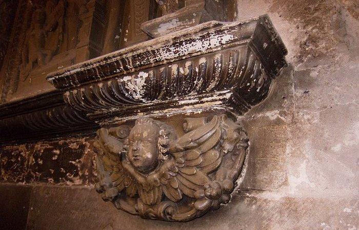 Отделка камина сохранилась с XII века.