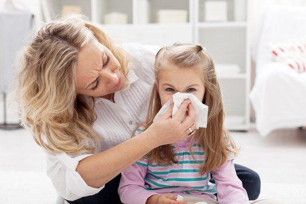 Как правильно лечить насморк у ребенка?
