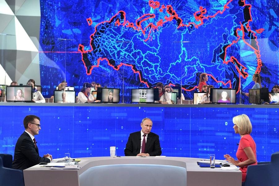 — Может, сдаться? – спросили Путина. – Чтобы экономике стало хорошо?