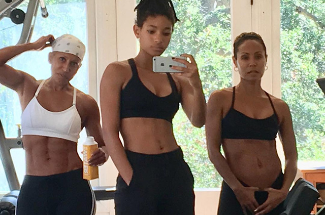 В сети восхищаются снимком Джады Пинкетт Смит, ее дочери Уиллоу и мамы Эдриэнн из спортзала