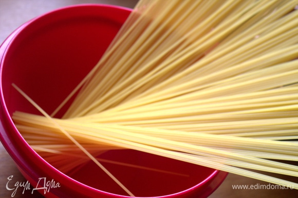 Спагетти засыпать в кипящую воду.