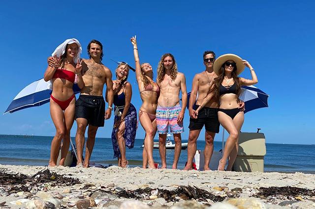 Сейлор Бринкли-Кук отметила 22-летие на пляже с мамой Кристи, бойфрендом и родными Сейлор, БринклиКук, Кристи, мамой, бойфрендом, своем, компания, Алексой, дочери, форме, девушкой, сердца, призналась, после, Джеком, братом, своим, пробуждения, сестрой, Бринкли