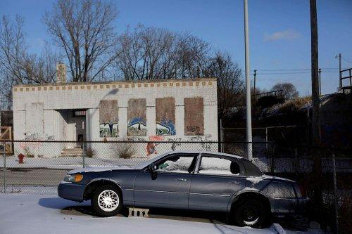 Ржавые и брошенные автомобили на улицах Детройта