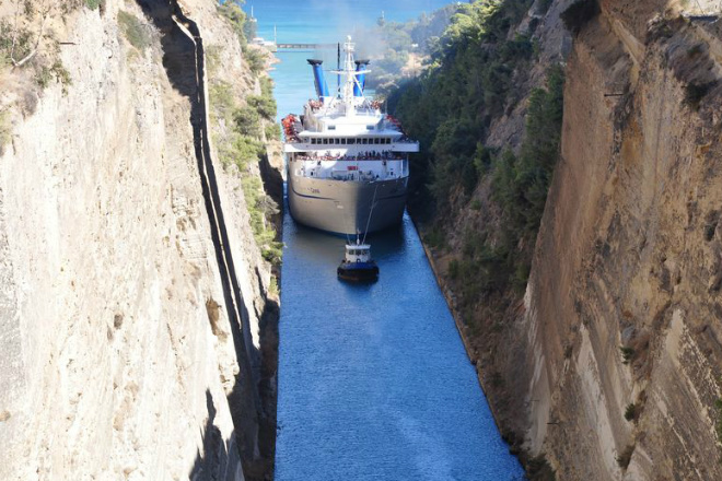 Коринфский канал: путь через скалы, где может за секунды застрять корабль