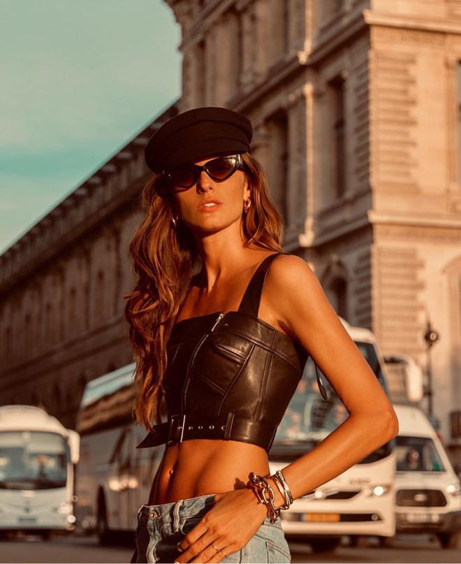 Кожаный кроп-топ + кепка: Изабель Гулар в Париже (фото 0)