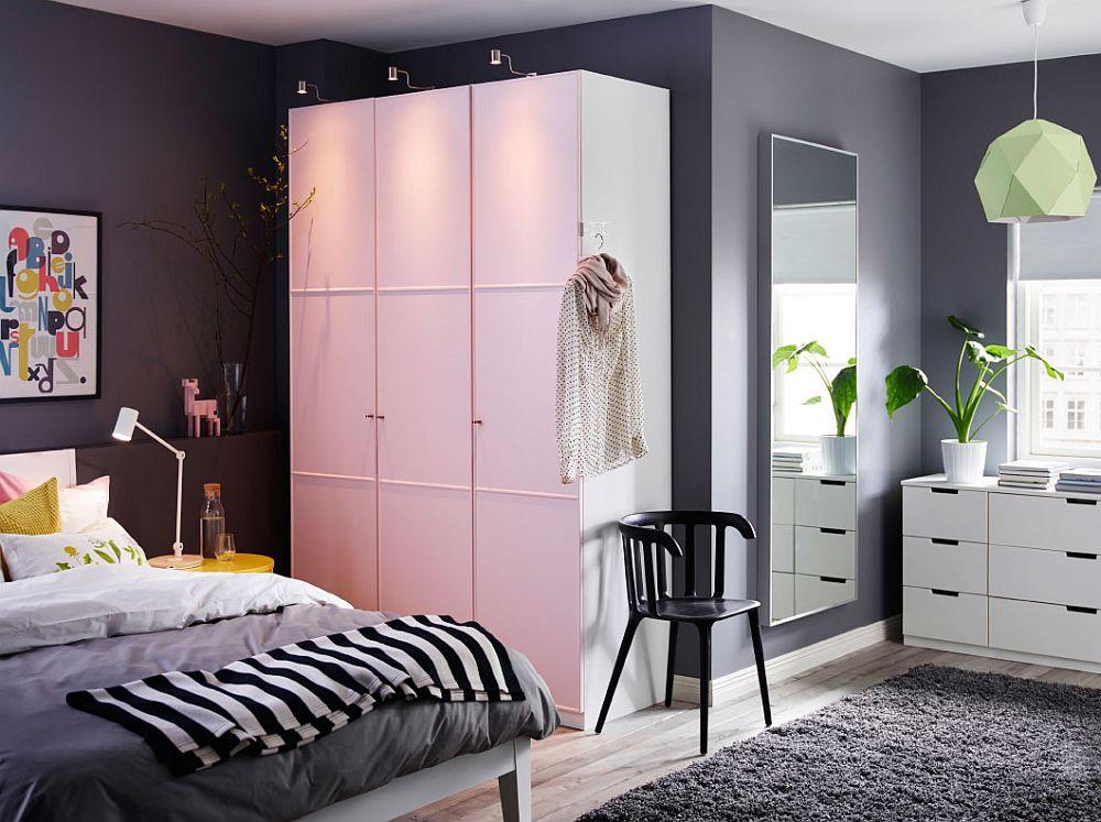 Дизайнерский светильник в светлом интерьере спальни