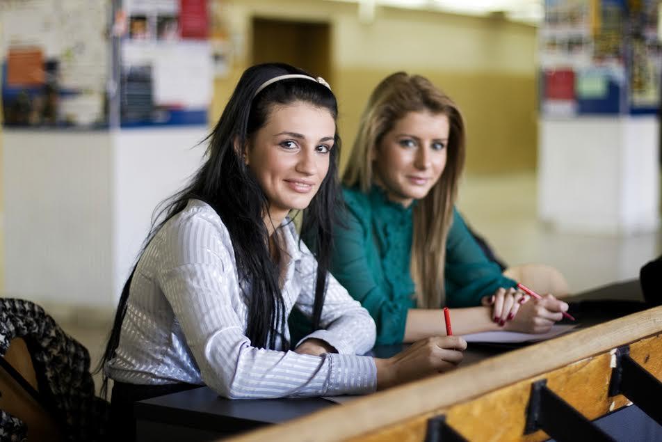 Две студентки влюбились в од…