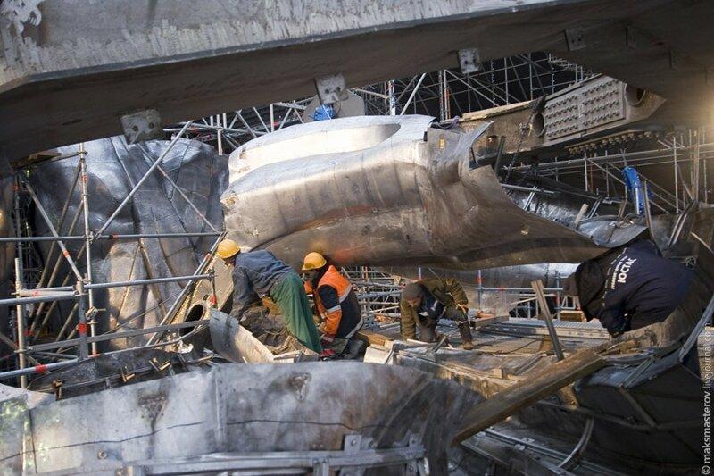 И колоссальный труд всех участников — тоже Рабочий и колхозница, внутри, интересно, монумент, статуя