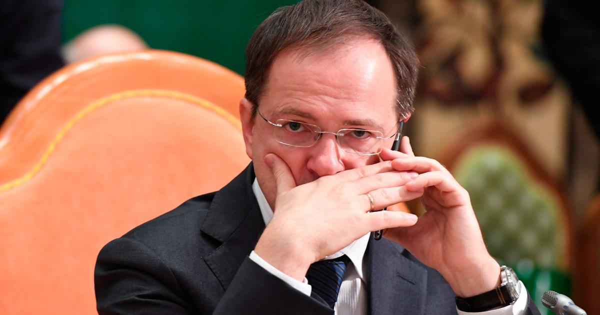Министр,как показало время, в нужные карманы направляет денежные потоки, выделяемые на культуру