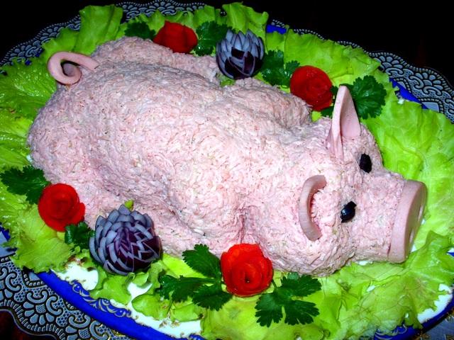 """""""Оливье"""" с курицей. Покрыт тертой вареной колбасой."""