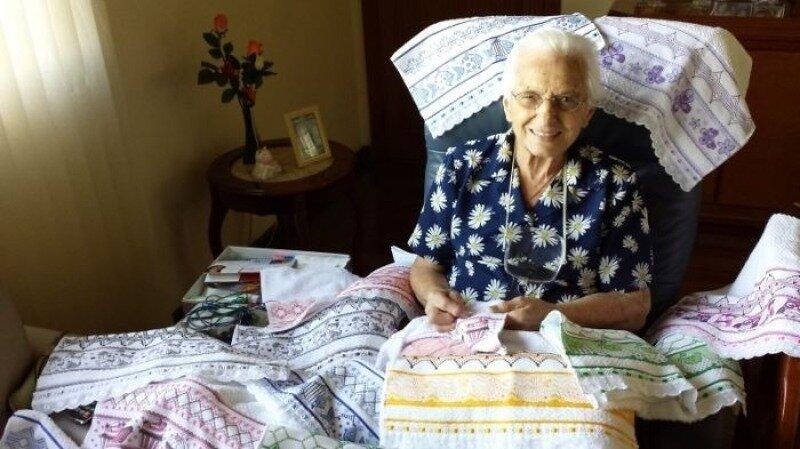 95-летняя мастерица каждый день вышивает по 10 часов, но не для удовольствия, а чтобы помогать нуждающимся