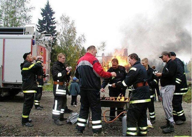 Пожарные тоже могут иногда ловить кайф идеальная работа, крутая работа, не заморачиваются, отдыхают на работе, работа в кайф, работяги, счастливчики
