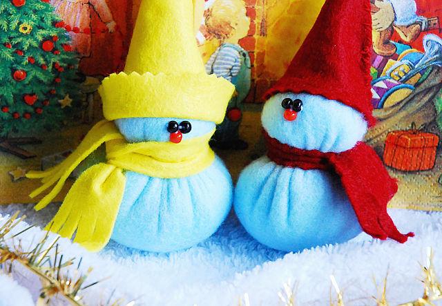 Таких позитивных снеговичков можно сделать своими руками к празднику.