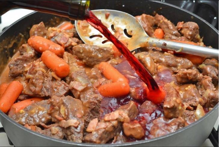 Бургундская говядина: мясо, овощи и вино