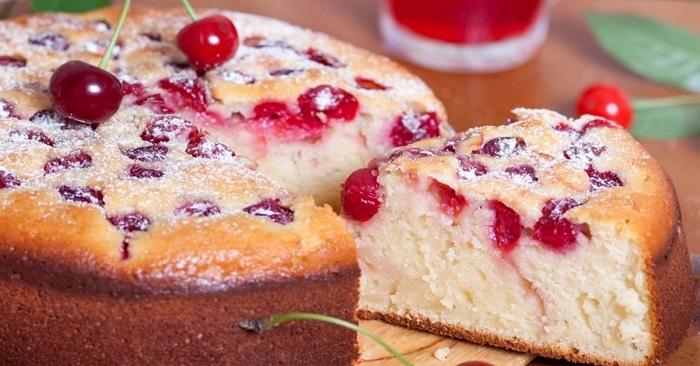 Отменный пирог с вишней на кефире, который сразу станет вашим любимым!