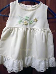 Детское платье с веточками вьющихся роз из лент