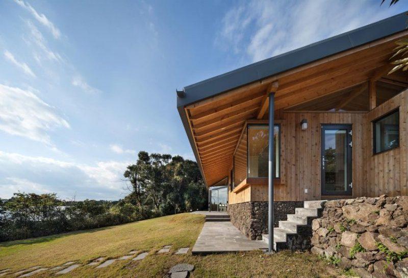 Современный дом с элементами корейской традиционной архитектуры.