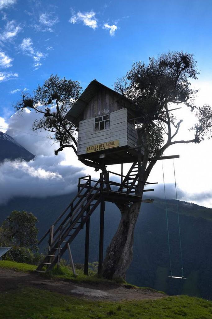 8. Ла Каса-дель-Арбол. Это единственный в своем роде дом на дереве, растущем у обрыва скалы. Расположен дом в Баньос, Эквадор.