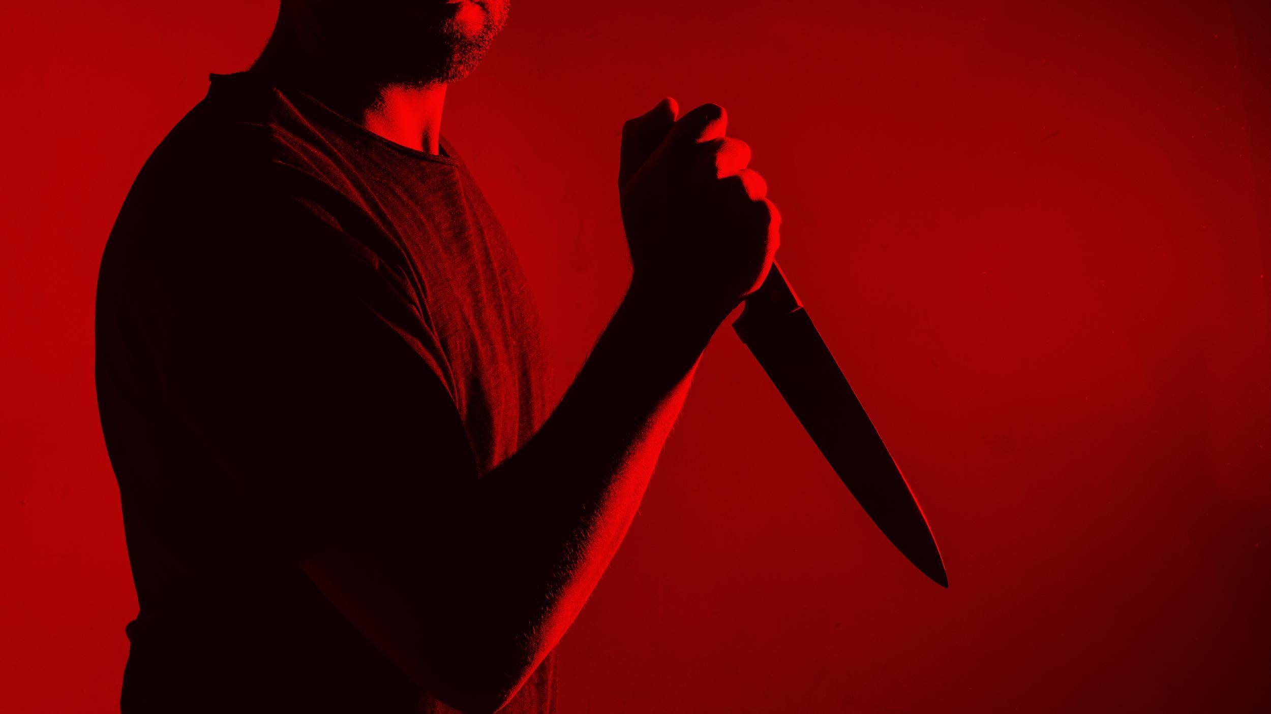 Тяжело ранившего ножом случайную прохожую суд отпустил домой. И он сразу зарезал сожительницу