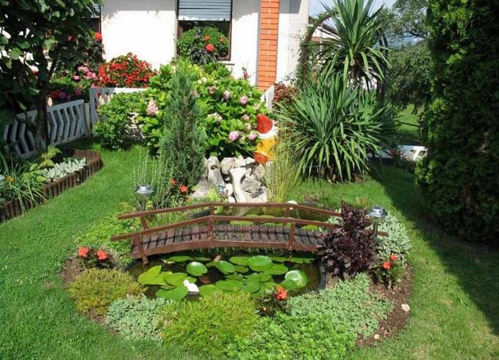Небольшие растения позволяют растворить садовые границы участка.