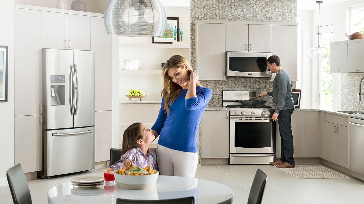 Фото красивых дам на кухне устанавливаются обои