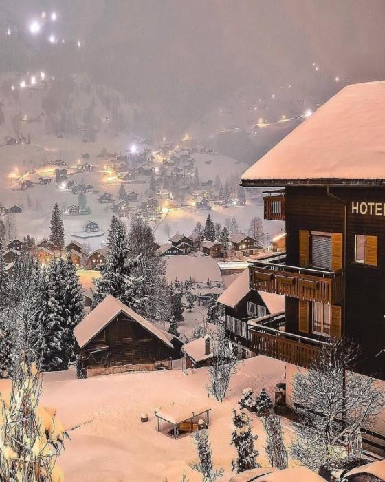 На рождественские праздники и в летние месяцы в деревне всегда много туристов (Альбинен, Швейцария). | Фото: nice-flowers.com.