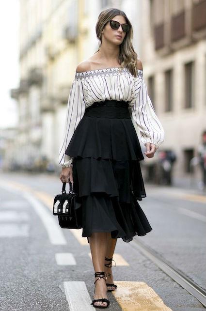 Девушка в бардо топе и юбке с воланами