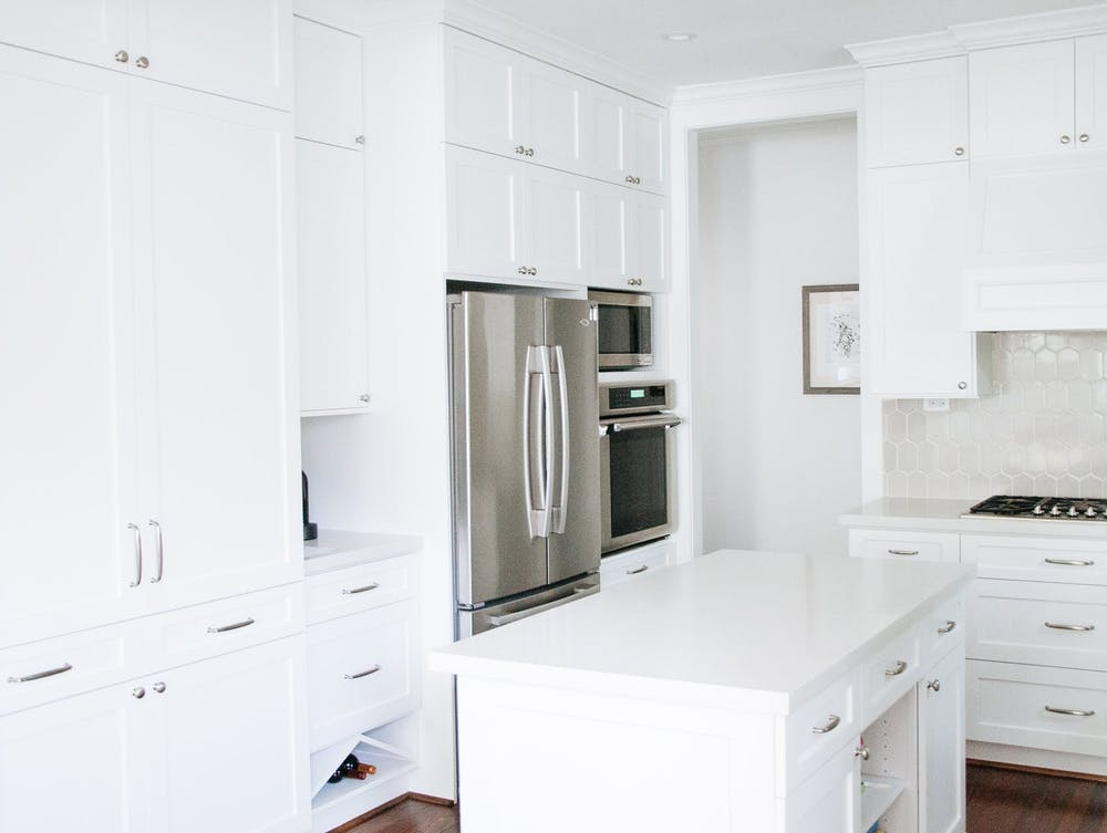 Элегантный интерьер белой кухни с островом