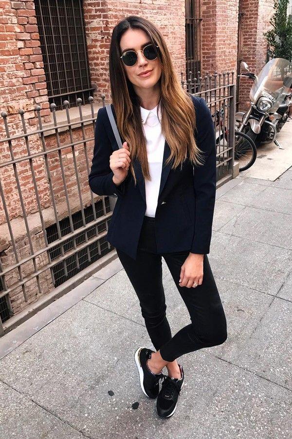 Девушка в черном пиджаке, белый топ, черные джинсы и кроссовки