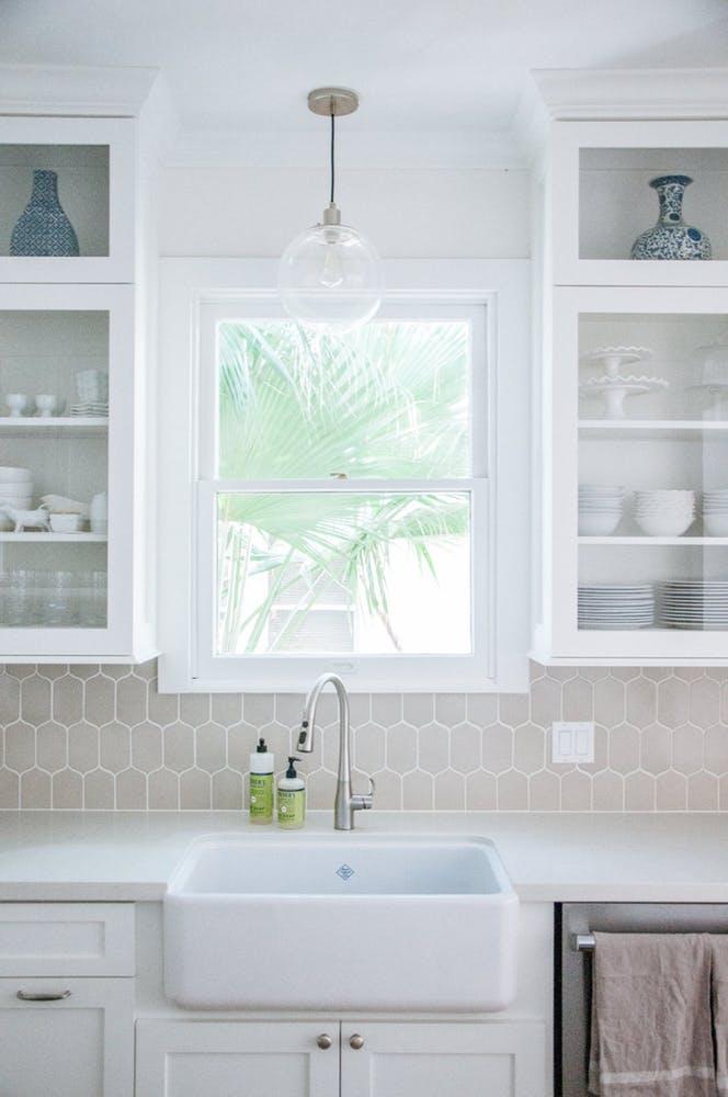 Элегантный интерьер кухни - белая глубокая раковина