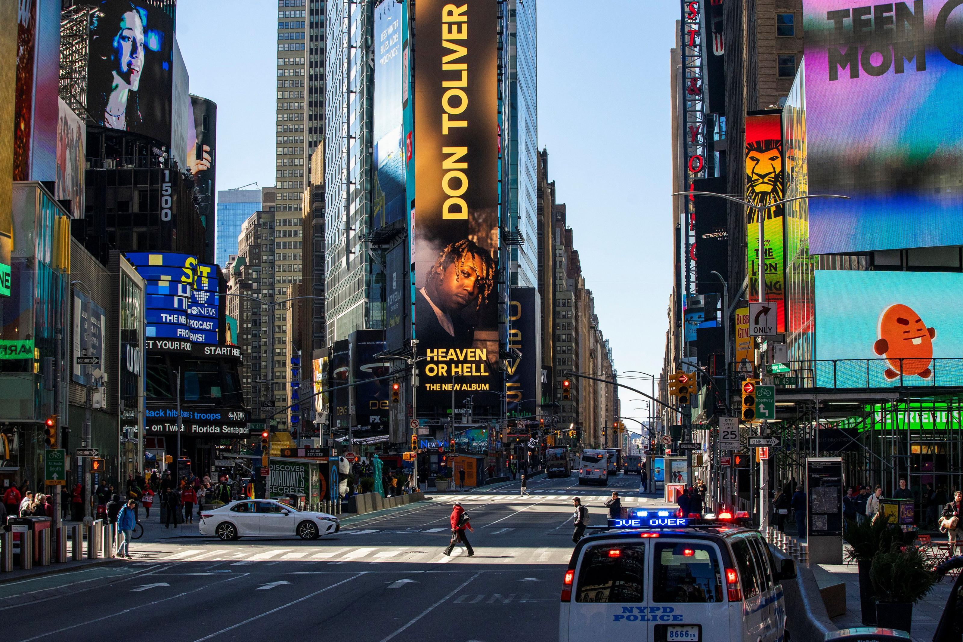Жутковатые снимки обезлюдевшего Нью-Йорка наМанхэттене, 15марта, Пустая, улица, врайоне, карантина, Футуристическая, смотровая, площадка, Vessel, ВестСайд, парковка, магазин, Закрывшийся, переполнен, автомобильная, открытая, закрытый, иночью, Пустой