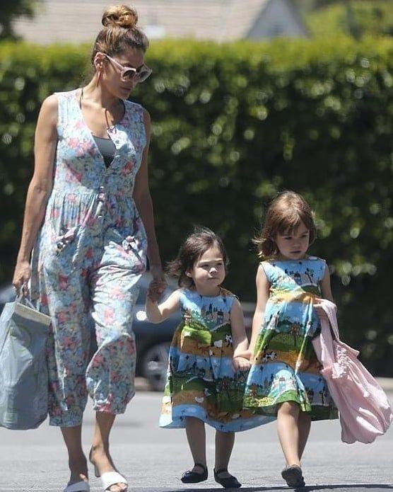 Ева Мендес разрешила дочери примерить одежду собаки