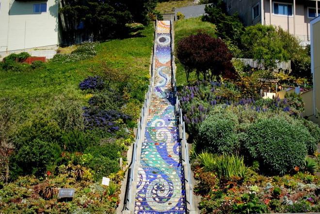 Мозаичная лестница в Сан-Фра…
