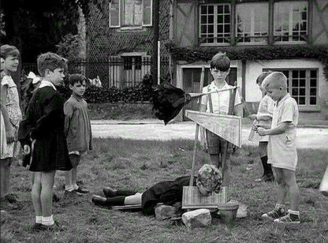 Дети во время некой игры понарошку казнят преступника. Франция, 1959 год история, ретро, фотографии