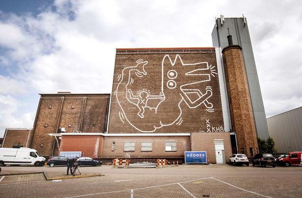 Картина известного художника 30 лет скрывалась за обшивкой склада