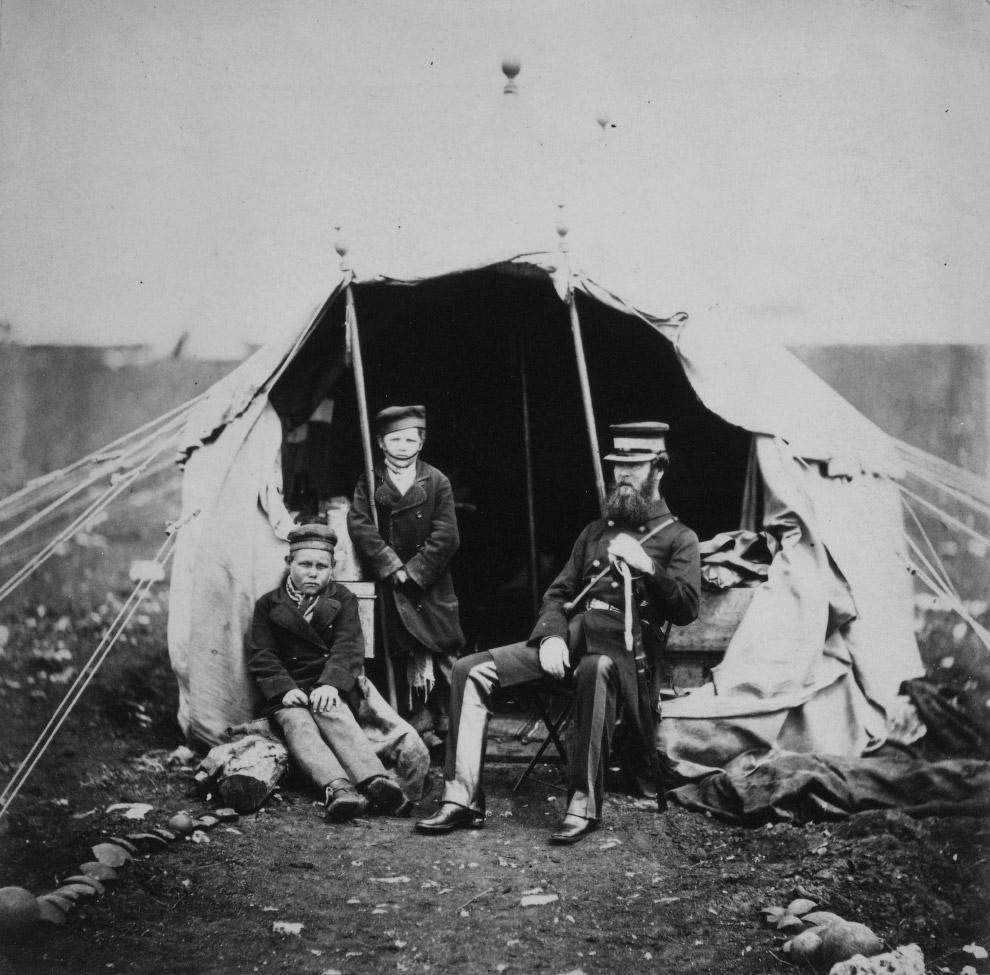 Полковник Браунригг и двое плененных русских мальчиков