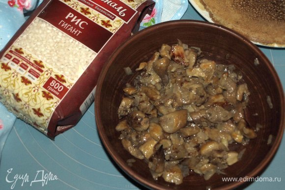 Размороженные грибы нарезать. Обжарить с луком, чесноком на растительном масле до полной готовности. Добавить соль, перец по вкусу.