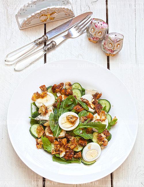 Подать готовый салат к столу. Приятного аппетита!