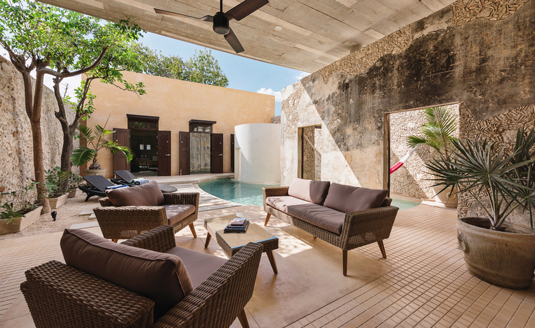 Оригинальный дом с бассейном в гостиной